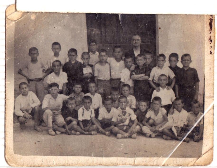 Foto escolar d'abans de la Guerra. Desconeixem qui siguen els xiquets i el mestre.