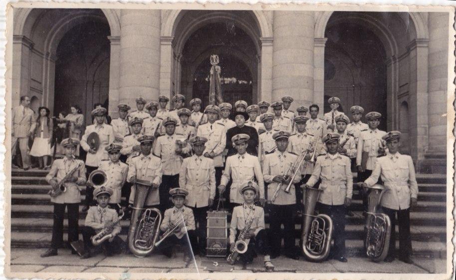 La banda d'Artana amb l'uniforme blanc d'estiu, possiblement a València. No cal dir-los tots, però es reconeix fàcilment a Juan toboto, Cafundo, Pansa, José Germán, Miguel Perrera,el Xato, etc.