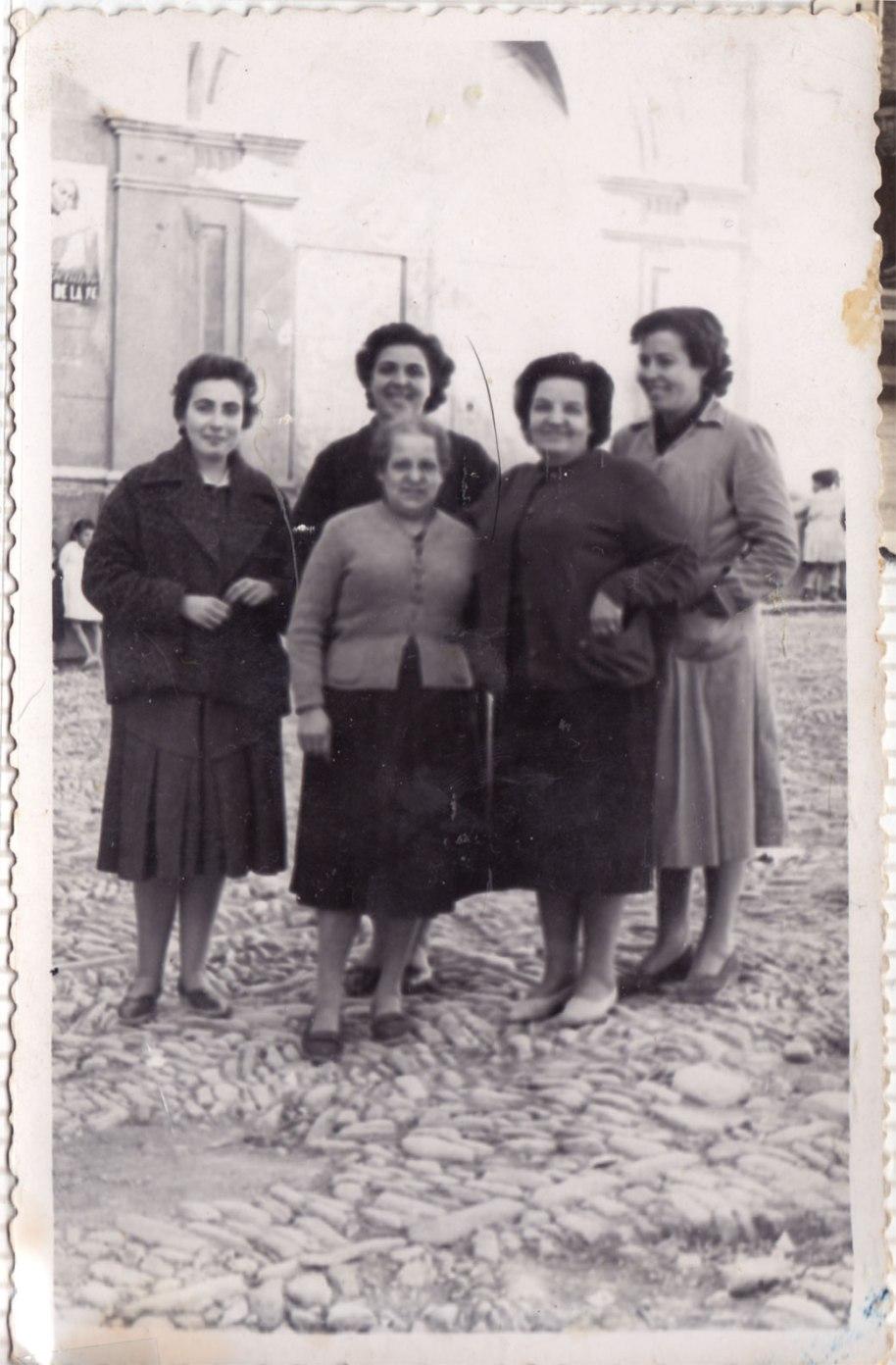Seguint amb el món infantil, ací tenim reunides a part de les forces vives de la instrucció escolar. No sabem qui són les dos xiques de les puntes, però les altres són Doña Adoración, davant d'ella Doña Rosario i a la dreta Doña Claudia.