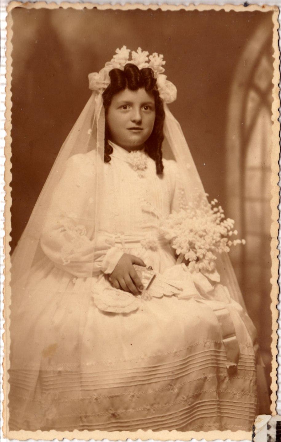 Abusant de la generositat d'Isabel, incloem aquesta espectacular foto d'estudi amb vestit de comunió impressionant, increïbles tirabuixons, ramell, missal, guants, rosari, etc.