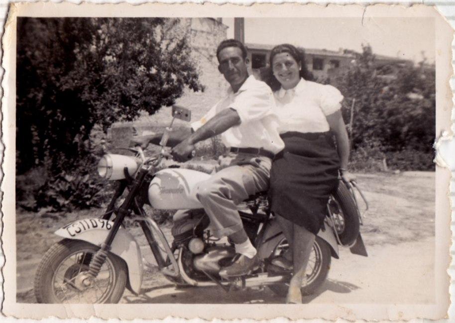 Abans parlàvem de l'avanç que havien sigut les bicicletes. Ací tenim una imatge típica de la parella en moto, que va ser un altre pas endavant.