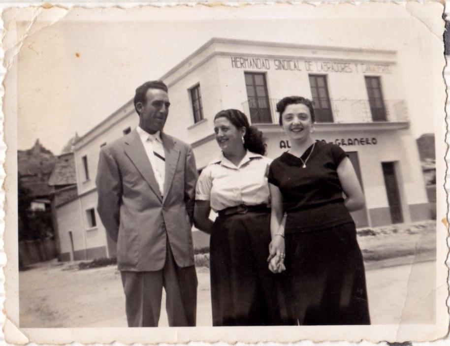 "Isabel, el seu marit, Enrique ""Cabedo"", i l'amiga Teresa ""Bastero"", davant de la flamant Hermandad sindical de labradores y ganaderos."