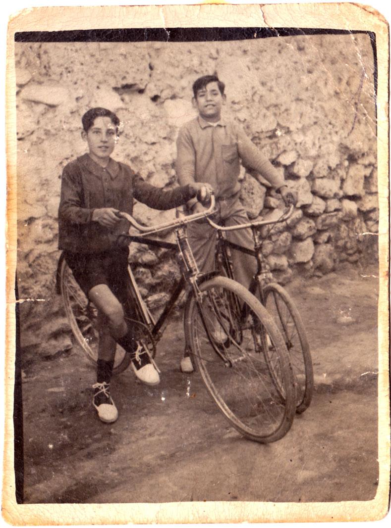 Tradicionalment, els pobres jornalers anaven i venien a treballar a la Plana a peu. Alguns anys després de la Guerra, la bicicleta va ser una revolució que reduïa el temps d'anada i vinguda.