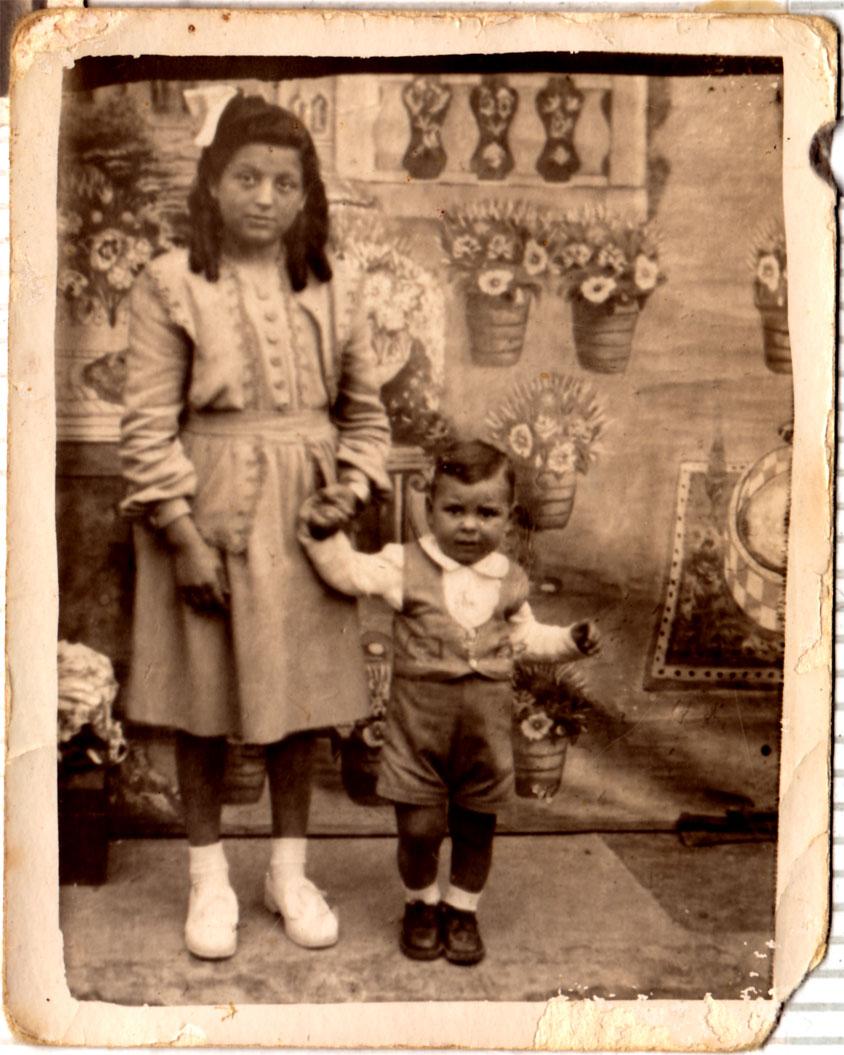 Foto davant d'un teló. A moltes festes venien al poble fotògrafs itinerants amb telons pintats. Moltes de les fotos de l'època estan fetes a Fira Santa Cristina, però en este cas porten massa roba per a ser estiu.