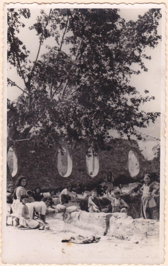 Una singular foto de dones i xiquetes llavant a la sèquia. Es respira bon humor.