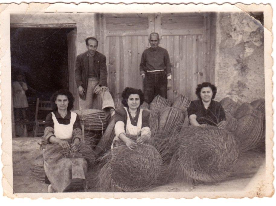 Encara que la major part de les imatges són de festes, la major part del temps es passava treballant molt dur. Fent espartí davant d'una muntonada de feixos acabats. Cap a l'any 50.