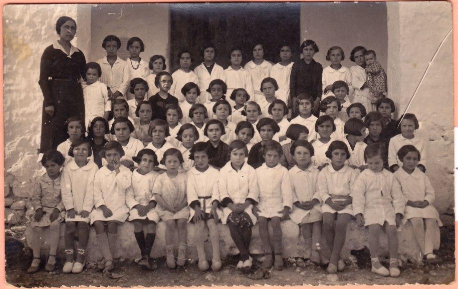 Les xiquetes del catecisme a l'ermita. Les acompanya Doña Amparo, la mestra de Vilavella.