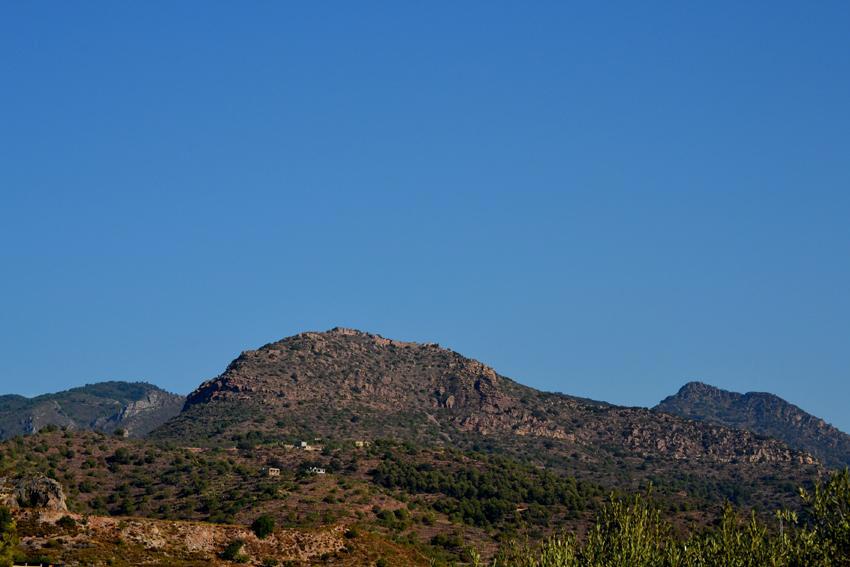 Castell de la Vall d'Uixó. Al fons Puntal d'Artana a l'esquerra i Font de Cabres a la dreta. (Foto Pablo Albalate)