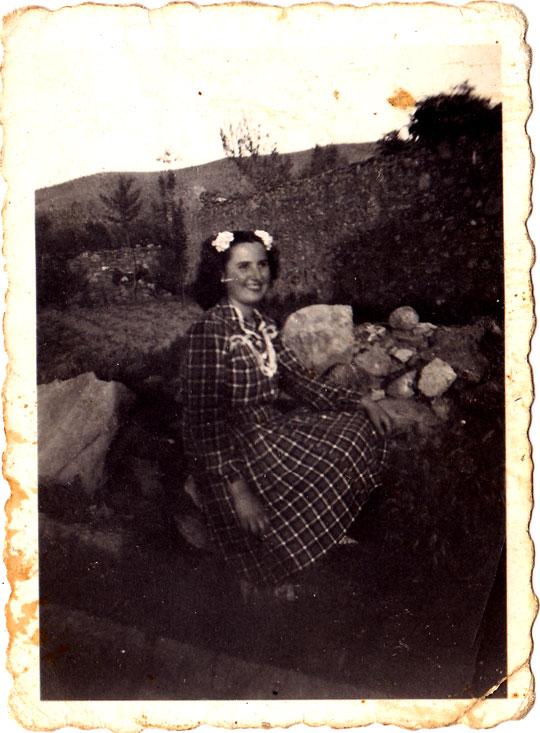 Dolores Llidó, posant davant d'un corral. Anys 50