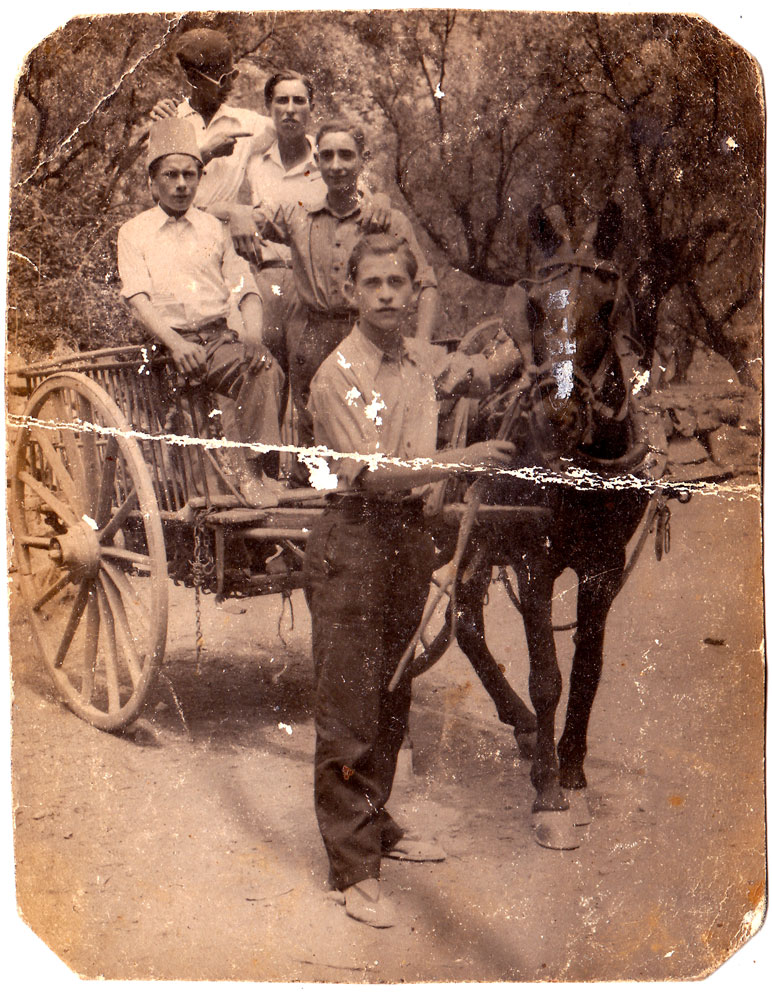 Benjamín Llidó i amics, en carro. Anys 50