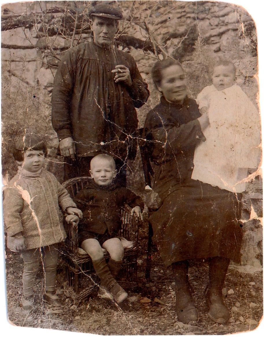 Família Llidó, cap a l'any 30. La mare moriria de part als 36 anys. La xiqueta de l'esquerra, que era una veïneta,  també moriria al poc de temps.
