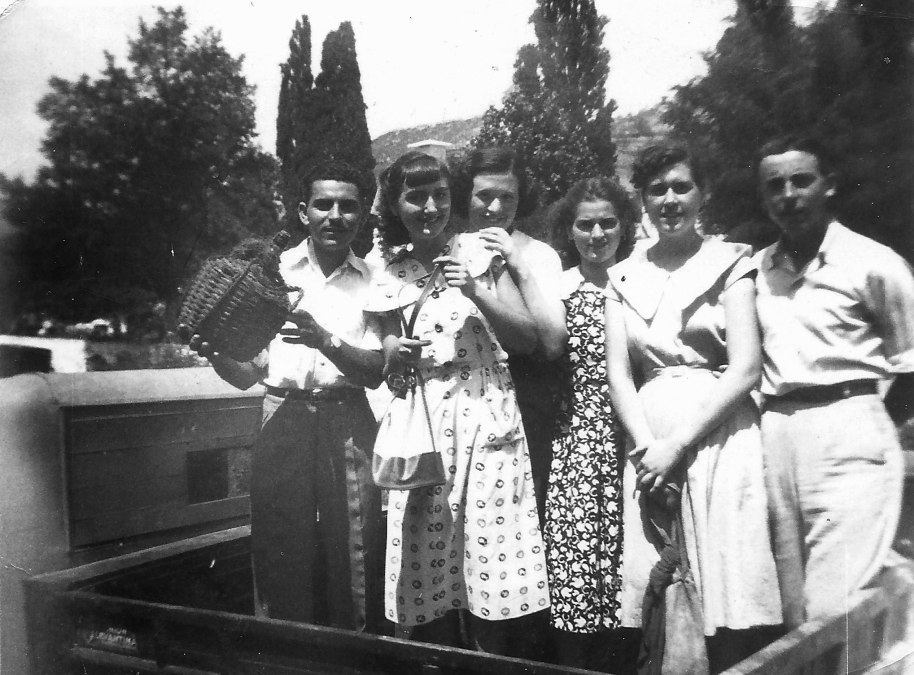 A fira de Santa Cristina en camió, 1951. D'esquerra a dreta, José Capella, Angelines, Pilarín EScrig, Rosarito Villaret, Carmen Vilar Rosanes i José Panchut.