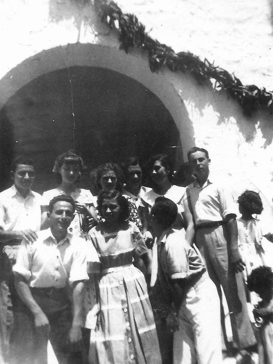 El mateix dia de Fira. D'esquerra a dreta, començant per dalt: José Capella, Angelines, Rosarito Villaret, Pilarín Escrig, Carmen i Pascual de Manzana. A la tira de baix, Vicente Màlia, Teresa Cruz i José Panxut.
