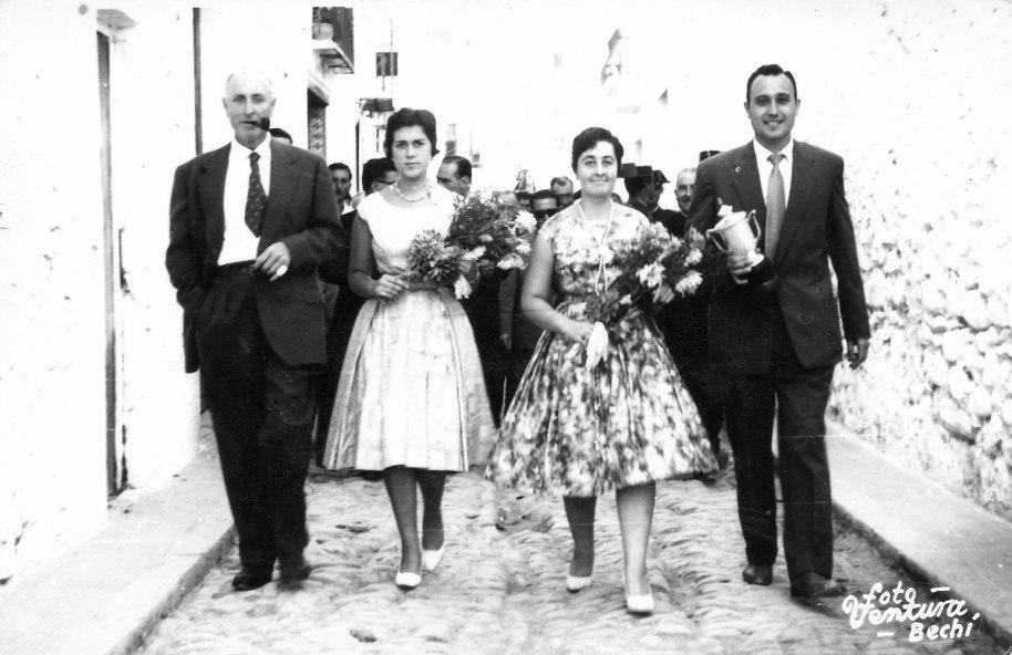 """Festes de Sant Joan 1958. Les pubilles o """"dames"""" de festes, Carme Vilar Rosanes (esquerra) i Regina, flanquejades pel tio Panader (esquerra) i Vcent Ramon de Nela, carregat amb la copa per al campionat de futbol local."""