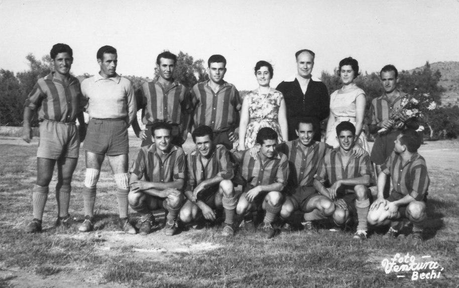 En el segon equip reconeixem de nou a Vicente Campos amb el ram de flors, a l'altra banda, el porter i el xic de la dreta son dos germans Palanques. A la fila de davant, a l'es querra Pascual de Novella, i davant de l'àrbitre Enrique Manyà.