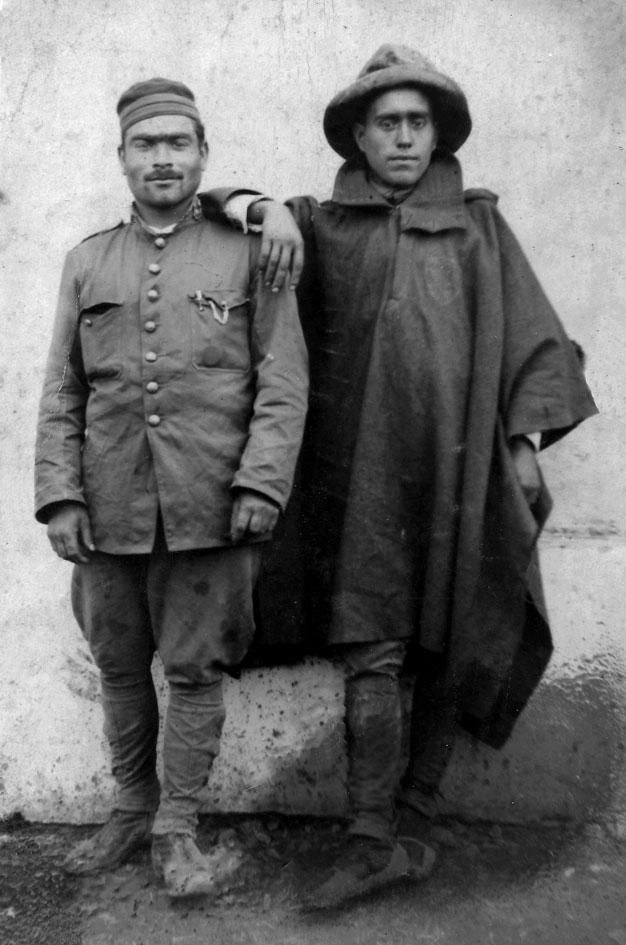 Patricio Vilar Martí (vestit amb una capa) a la guerra d'Àfrica. 1de desembre de 1924.