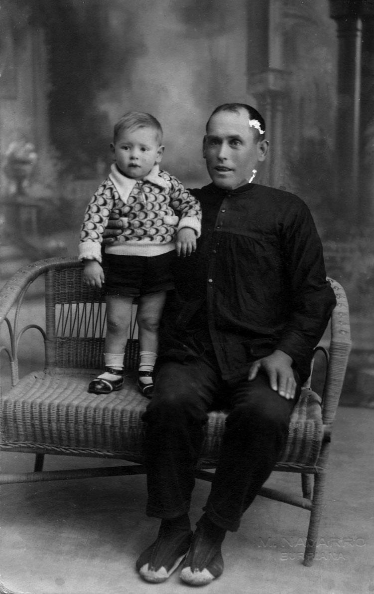 Joan Vilar Martí amb el seu fill Juanito (sobre 1933)