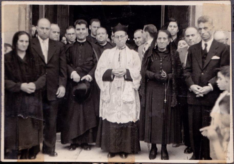 Mn. José Herrero 'Peneque', al que veiem xiquet en les fotos anteriors, cantant missa a l'església d'Artana