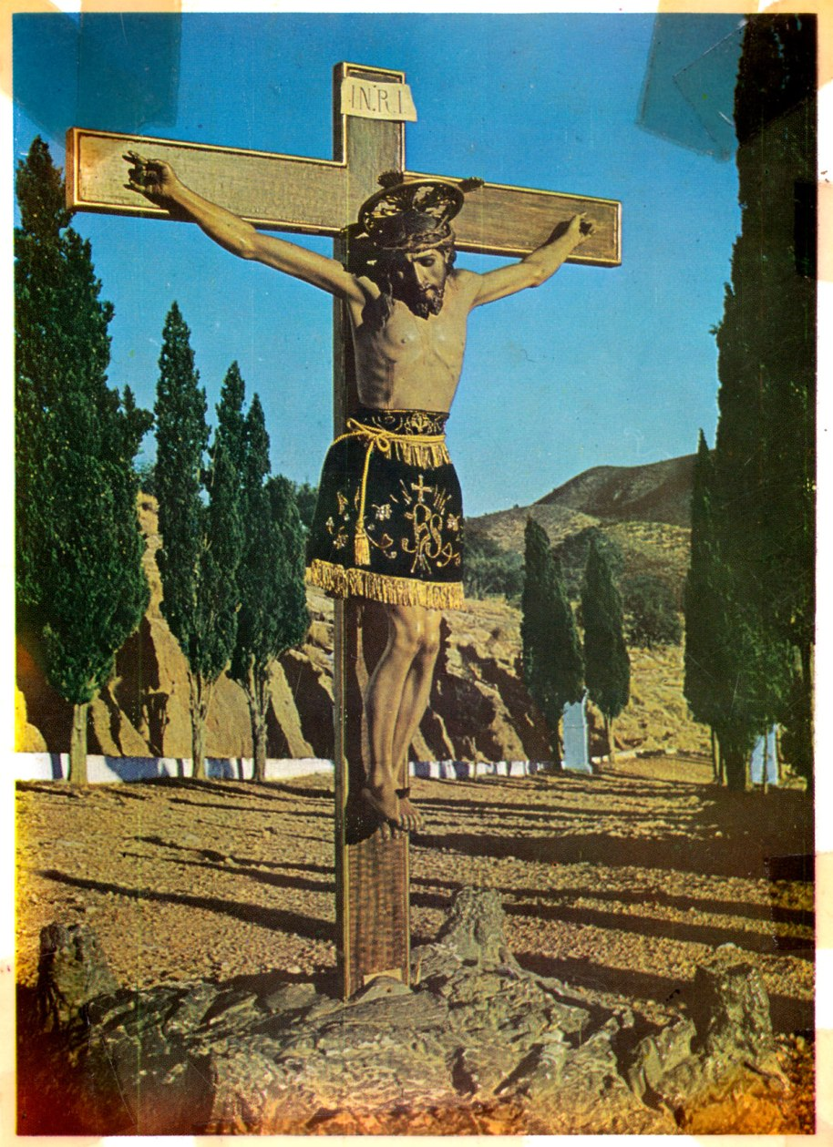 Sense eixir de la temàtica religiosa però trencant amb el blanc i negre. Es tracta d'una postal del Cristo del Calvari en la peanya de suro patró, editada per Foto Catalán en 1968. Potser la imatge és de meitat dels anys 50 i ha sigut pintada posteriorment, com es va fer amb altres postals dels anys 60.