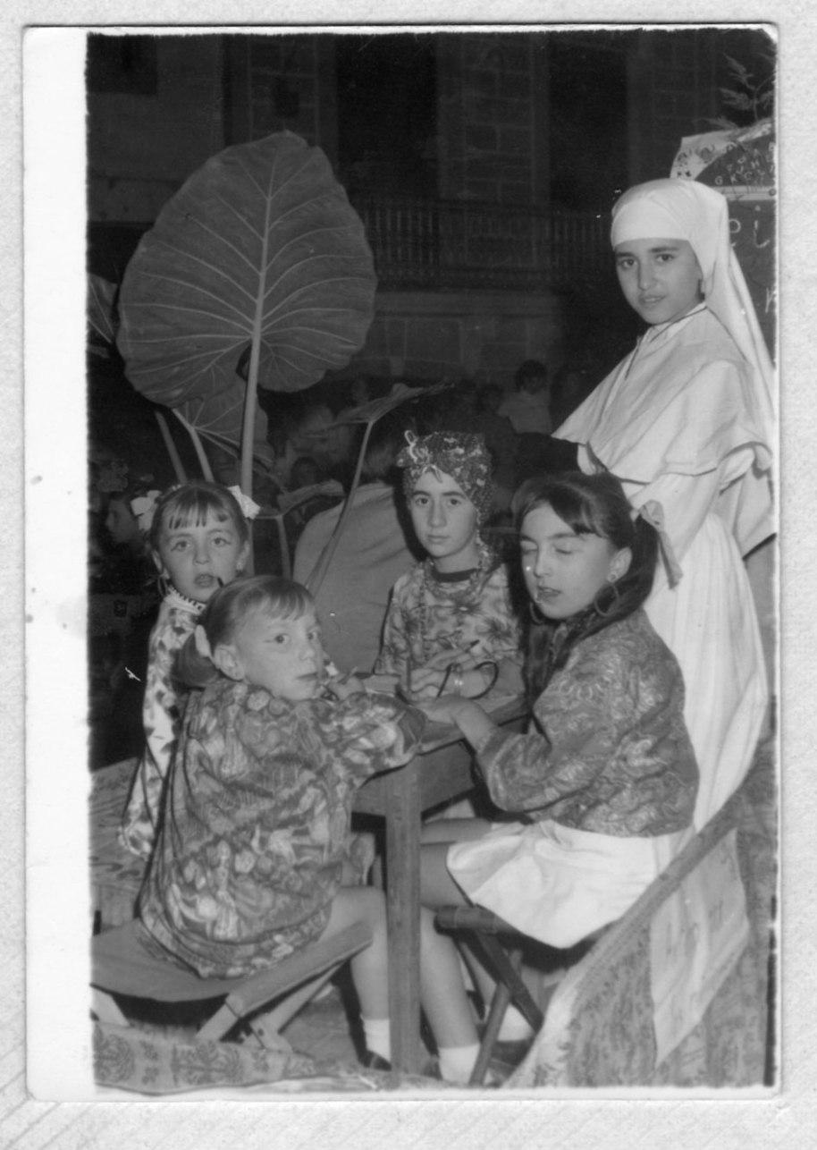 Un altra cavalcada del Domund. Ací reconeixem a Maite Vilar, vestida de monja, i a Rosa Redó