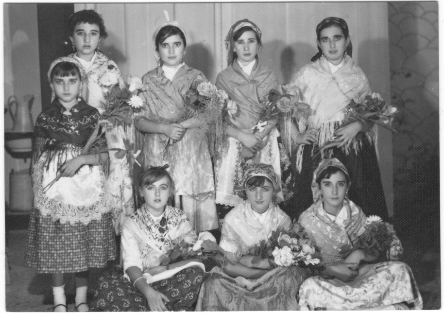 Festes religioses quasi tot l'any, i processons quasi tots els diumenges d'estiu. En este cas són xiquetes disfressades possiblement per a la cavalcada del Domund.