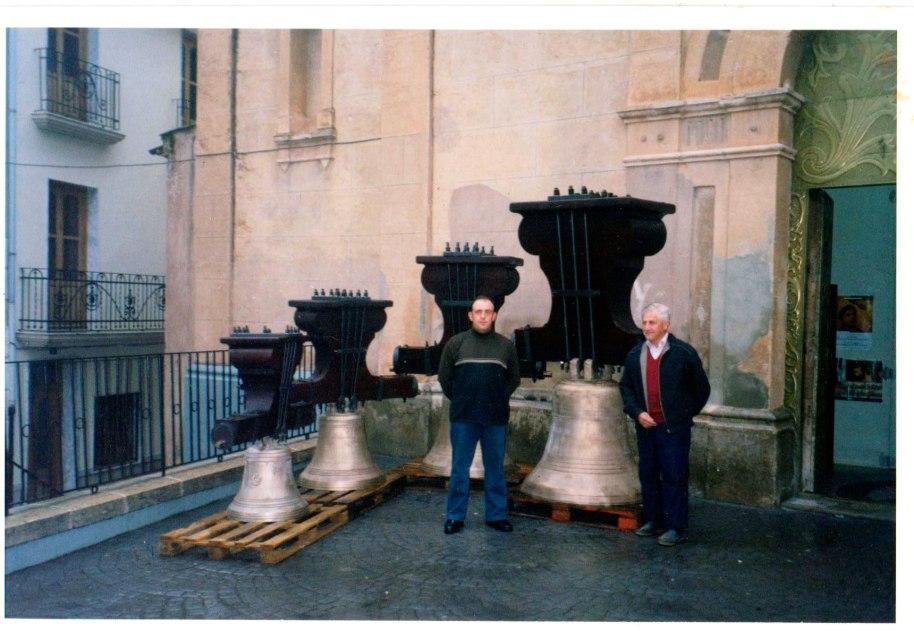 José 'Filiberto', pare i fill, davant de les quatre campanes, que acabaven de retornar al poble després de ser restaurades. Entre altres coses es va canviar els jous de ferro per altres de fusta, semblants als originals. La foto està datada el 31 de març de 2003.