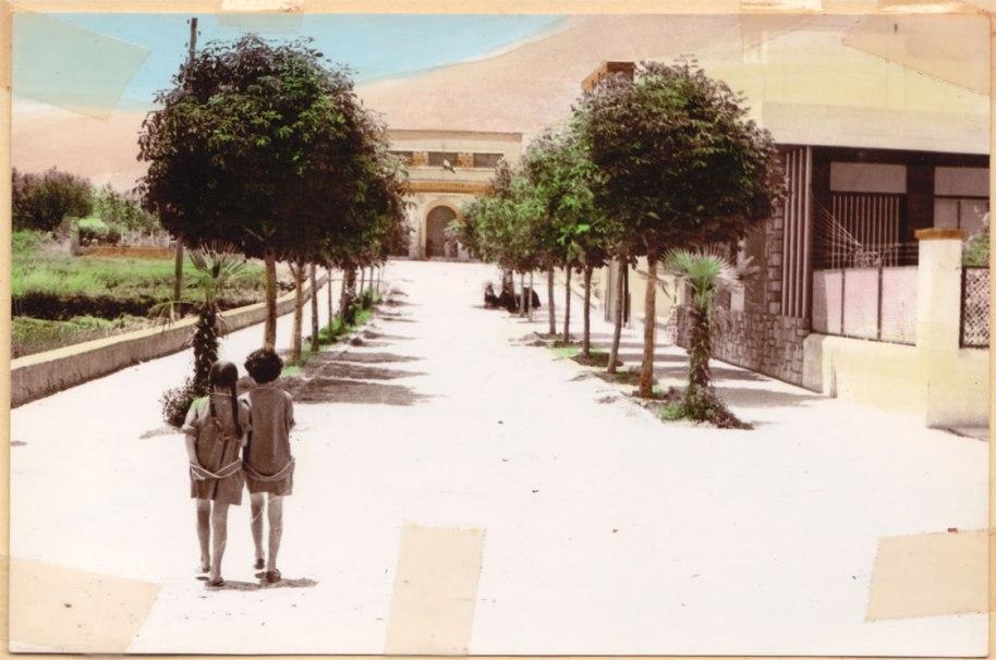 María Teresa Racó i Pili Maniuela anat cap Escola. Es tracta d'una postal editada en 1966.