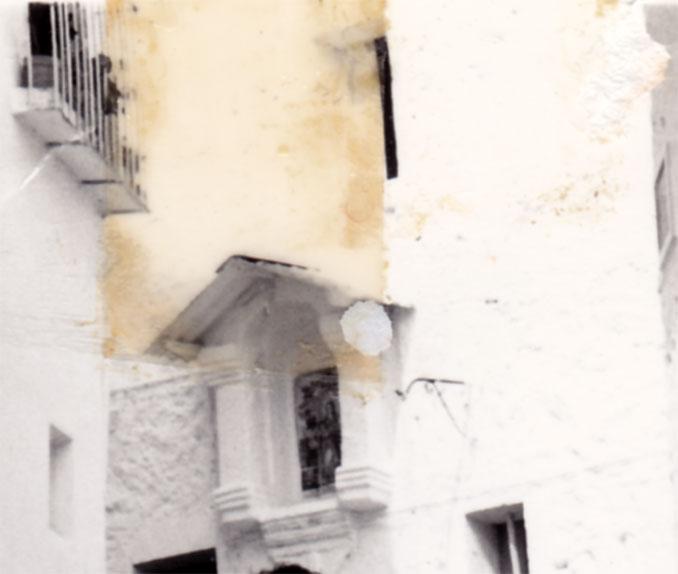 Entre fotos de diferents festivitats hem pogut aïllar esta imatge de la capelleta de la Divina Pastora que mostra com era la fornícula original, de 1851. Es va assolar amb les reformes de la casa, cap a l'any 73.
