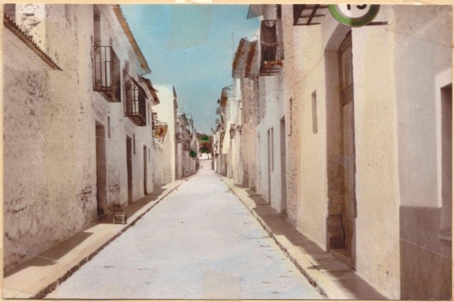 El carrer Sant Salvador, del barri de la Foia, en una nova postal pintada d'I.A. Santa Fe, com la d'abans de 1966.