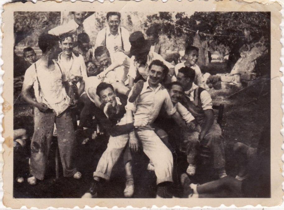 La festa ja bastant desgavellada: pantalons avall, muntonades de gent... Reconeixem Vicent el Cartero, Benjamín de Cagarnera,, Benjamín de Chesa (com a Groucho Marx), Ximet, Nano, Caranyo...