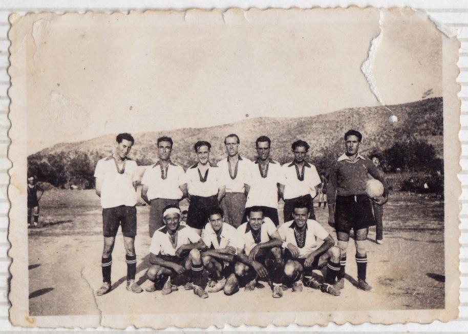 Un equip de futbol ja passada la Guerra. Només hem reconegut Emílio Álvaro, el primer per l'esquerra, i José Suquiana, el que fa cinc de la fila dels que estan drets.