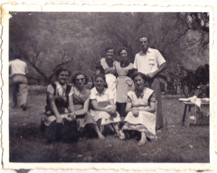 Més davantals, ara pels olivars de l'Ermita. L'Ermita de Santa Cristina era un importantíssim espai festiu per a conviure amb familiars i amics. Començant per baix i per l'esquerra, Lolita Morquero, una desconeguda, Isabel, Rosarito Maduro, Llolita Pina i Mª Ángeles. Al fondo, el carro desenganxat.