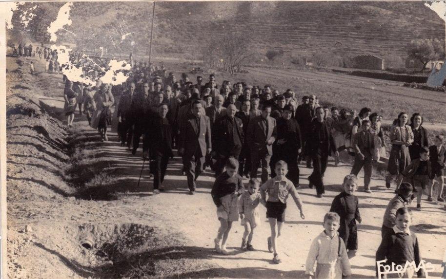 Una gran comitiva que va replegar a les autoritats forànies a l'entrada del poble i les va acompanyar per la carretera, que aleshores era de terra i no tenia cases a cap costat.
