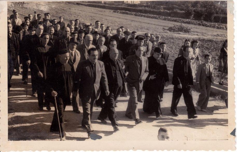 """Començant per l'esquerra Veiem al tio José Maria Cabañes, a Emílio Álvaro amb vara de segon alcalde, al Moreno Garrofa, al tio Catret també amb vara, etc. Entre la gentada hem reconegut a José Caranyo, que anys després seria alcalde molt de temps, a """"Chacola"""", a la dreta, i amb davantal (que aleshores es portava seguit) Rosarito Mollona i Fina Fuesto, i el xiquet pareix ser Enrique """"Manyà""""."""