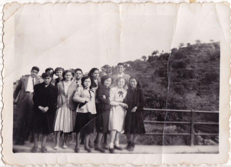 Ja en postguerra, una altra colla de xavaletes i xavalets. A penes reconeixem Rosarito Villaret, Marí Pòlita i Marí Peneque. Els xics són de Tales, segurament amics d'Isabel. No hem pogut esbrinar on està feta la foto.