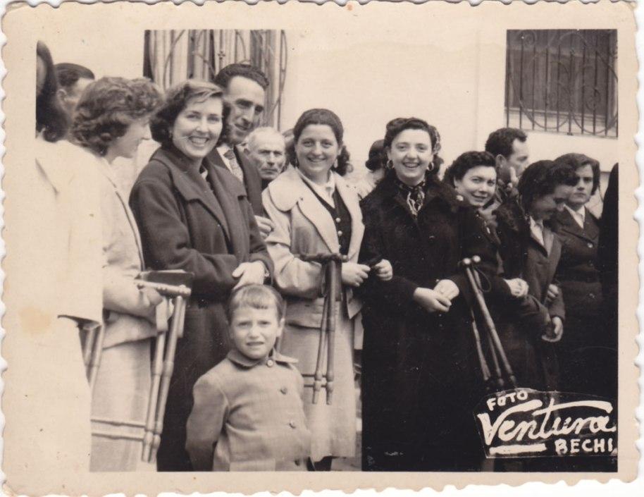 """Una altra servitud de les dones era cedir els bancs als homes i elles seure en un catret. En la imatge una apoteosi del catret: d'esquerra a dreta Mari """"Campos"""", Consuelo, Isabel, Teresa Bastero, Carmen """"de Tramussera"""" i el """"Rico""""."""