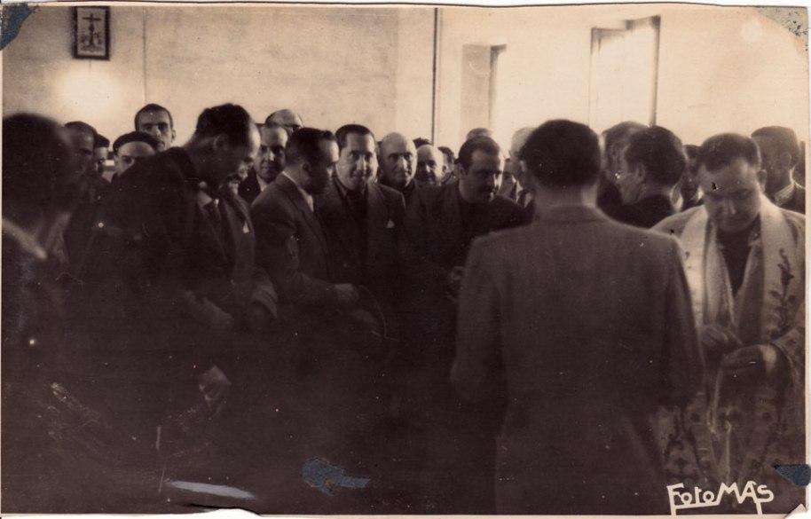 Els mateixos, amb el rector mossén Pallarés ja revestit per a la benedicció de les instal·lacions.