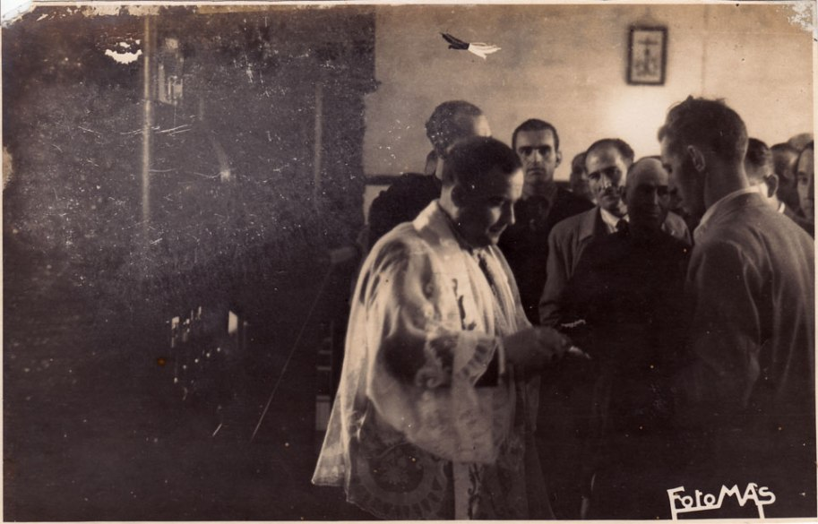 Fem un altre repàs: el rector Mn. Juan Pallarés, darrere Emílio Álvaro, Don Juan Caballero i el tio Catret.