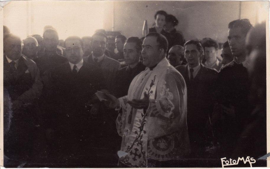 Dos novetats: a l'esquerra del capellà, el Secretari de l'Hermandad, que era de Villamalur, i a la dreta Miguel l'Alguatzil.
