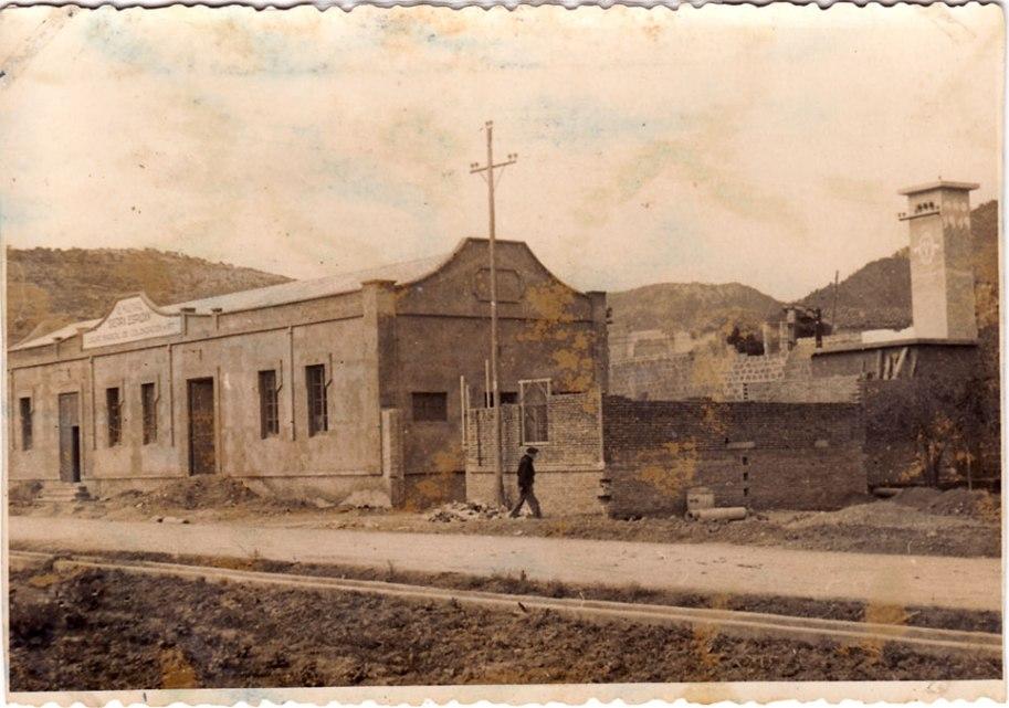 Vista exterior. Encara s'estaven construint les oficines. L'almàssera estava aleshores fora del poble.