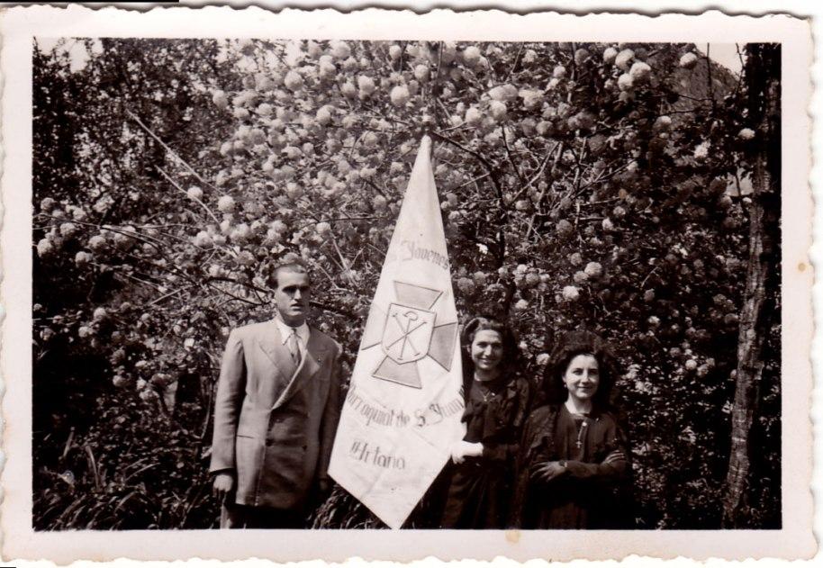El tio José María Cabanyes, Teresa Blasco i Sunción de Roqueta amb la senyera de l'Acció Catòlica. Cap a l'any 55.