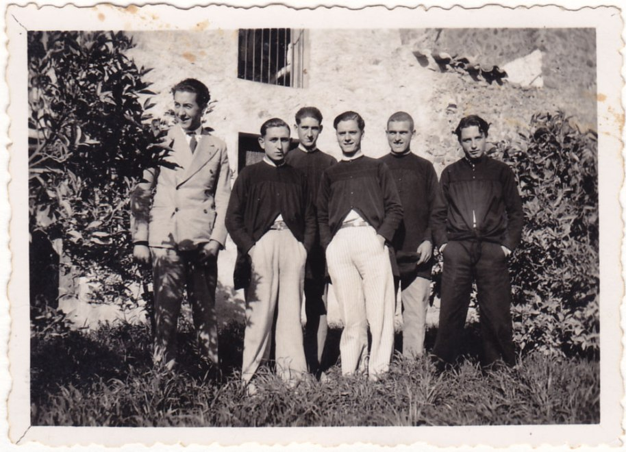 L'any 36, el tio José María amb una colla d'amics. A la imatge res no fa preveure que anara a esclatar una guerra.