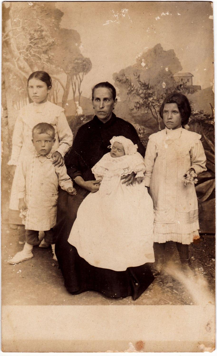 Mare amb la mainada, davant del teló d'un fotógraf itinerant.