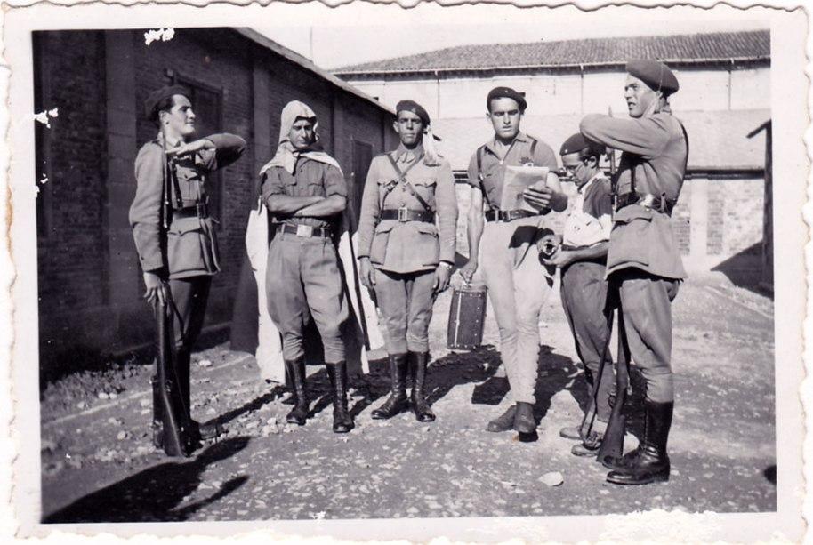 Generalment evitem les fotos de la mili, però en aquest cas es tracta d'imatges dels Requetés de 1939, a finals o ja acabada la  guerra.