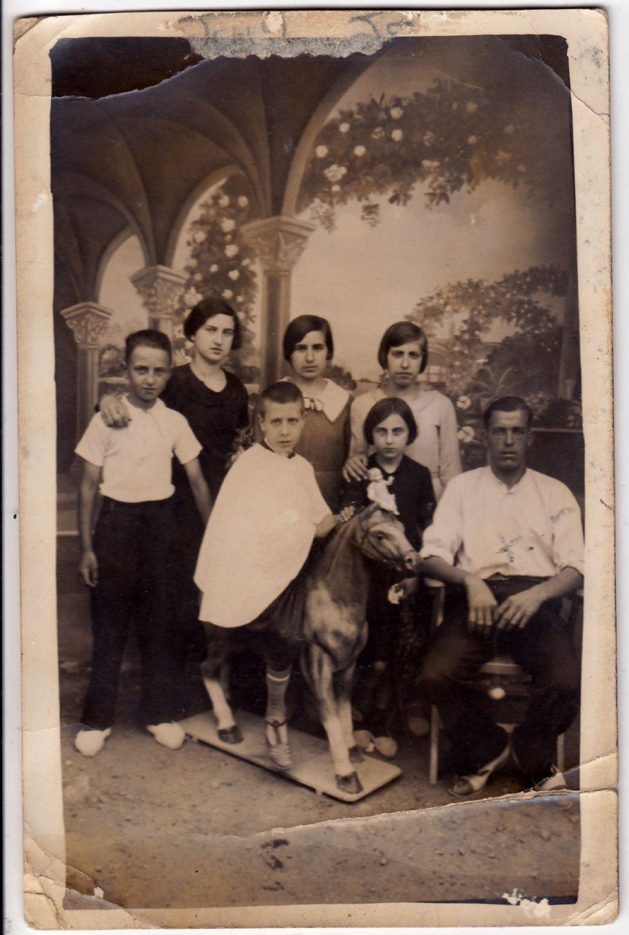 Família posant davant d'un teló grandíssim.