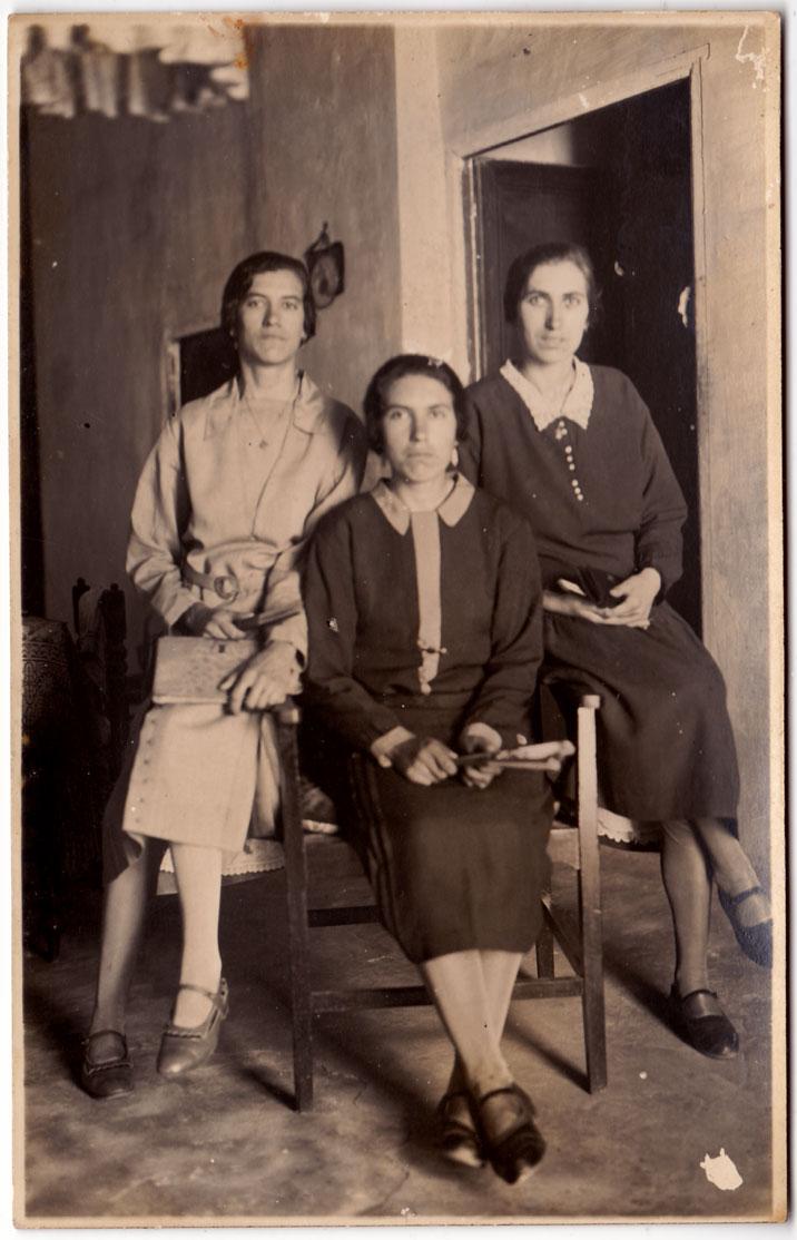 Tres germanes Cabanyes, una casada i dos fadrines (com era tan habitual en Artana).