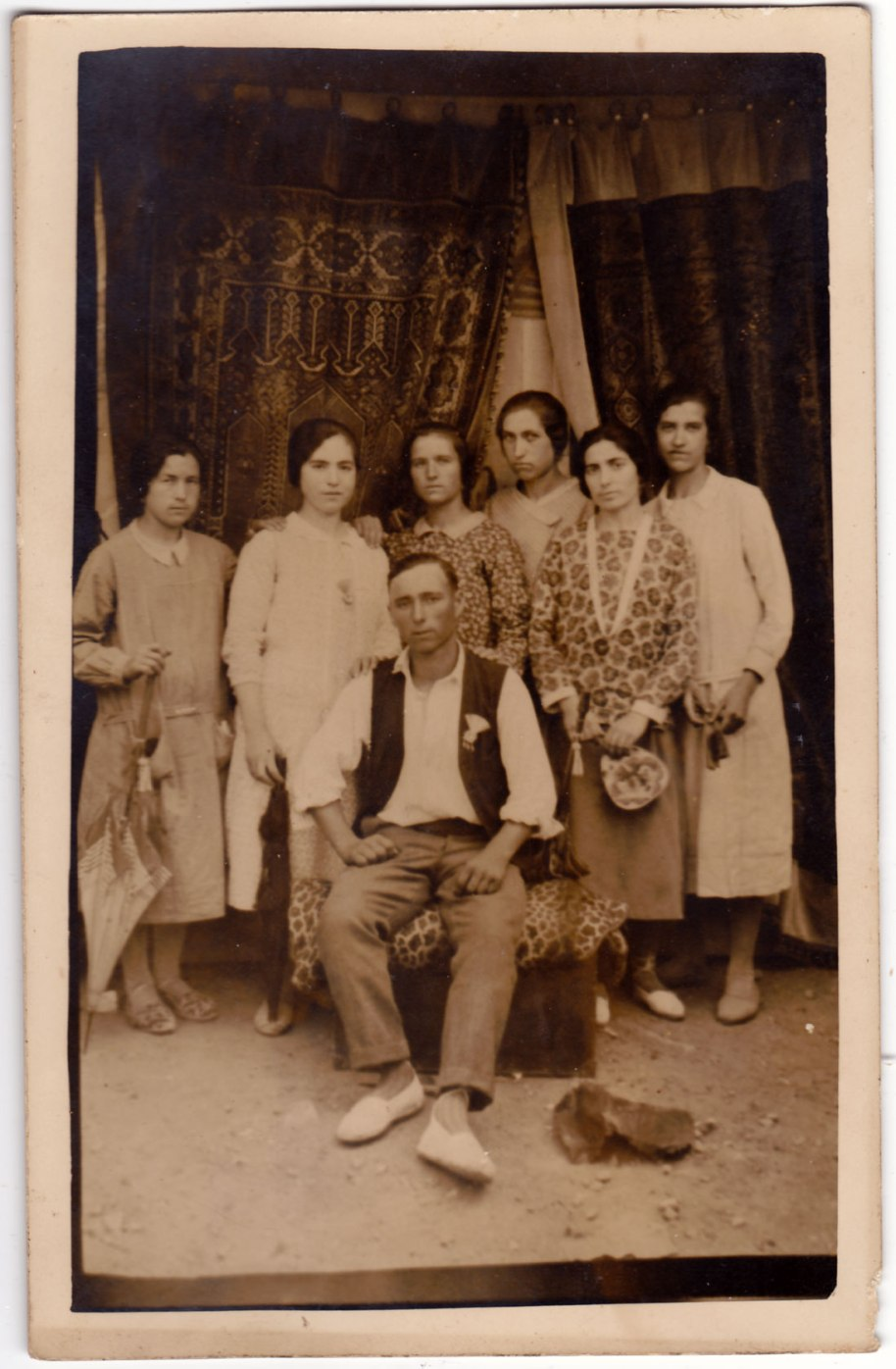 Ací el  grup familiar posa davant de grosses cortines, però igualment la foto pareix feta al carrer (fixeu-vos en el sol de terra).