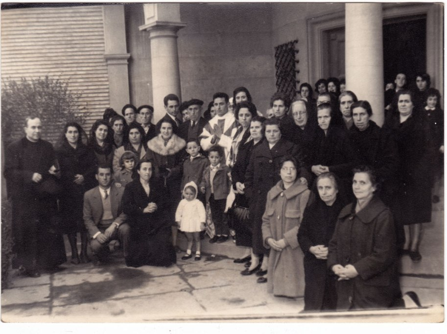 """Familiars i amics en l'ordenació del 'Padre' Enrique Silvestre, """"Cagarnera""""."""