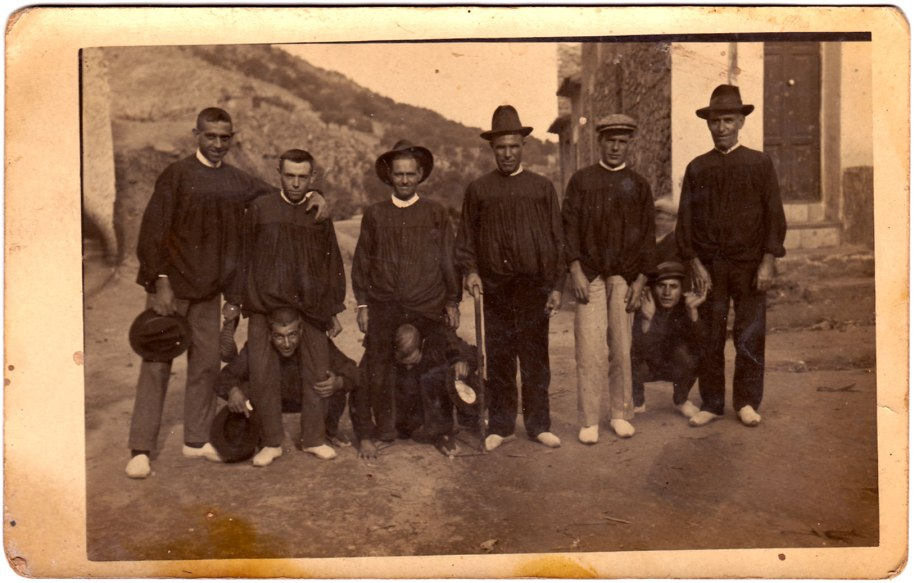 També molt antigueta. Els més majors del poble no han conegut els barrets, gorres i capells que es veuen a la imatge.