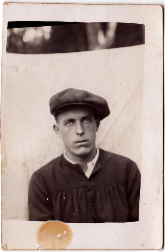 """Al darrere de la foto diu: """"Juan Cabañes 18 de Noviembre de 1935. Foto hecha en Castellón con objeto de el reclutamiento de mozos reservistas del año 34 y 35"""" Firma """"José Cabañes""""."""
